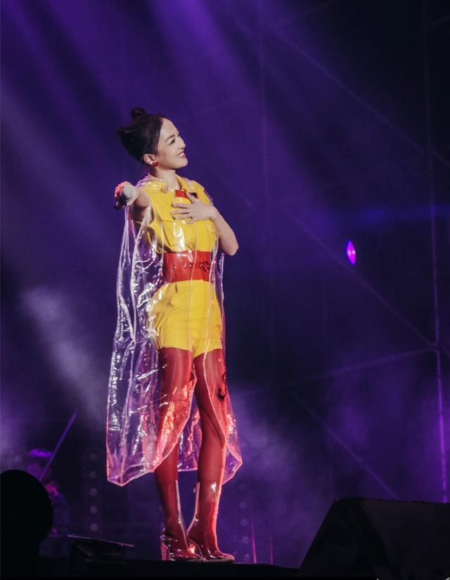 张韶涵也疯狂!塑料袋套配红色打底裤,一般人可不敢这样穿的